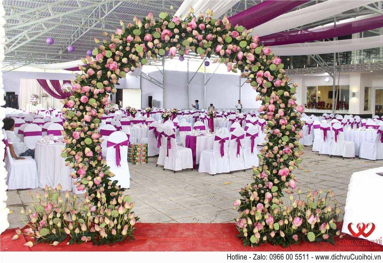 Trang trí tiệc cưới trọn gói tông màu tím- Cổng hoa sen